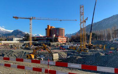 Montage de la 3e grue sur le chantier de l'hôpital de Sion